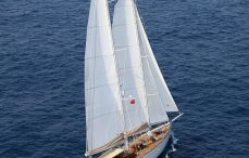 crewed-charter-yacht